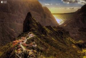Фото ущелья Маска, слева деревня.